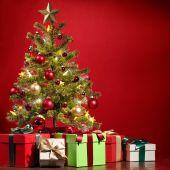 Un árbol de Navidad con regalos en Nochebuena