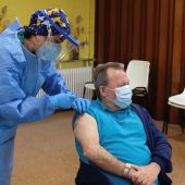 Javier Martín, de 68 años, residente de la Fundación Hogar Madre de Dios de Haro ha sido el primer ciudadano vacunado contra la covid-19 en La Rioja.