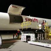 El momento de la llegada del cargamento de vacunas al Aeropuerto de Sevilla.