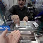 Un cliente compra lotería de El Niño