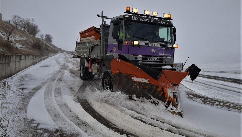 La Diputación empleó once vehículos y más de 350 toneladas de sal en su dispositivo frente al temporal