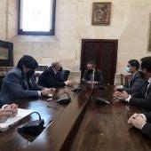 Imagen de la reunión del Alcalde con el Consejo de Hermandades de Sevilla