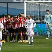 Los jugadores del Athletic celebran un gol ante el lamento de los del Real Madrid