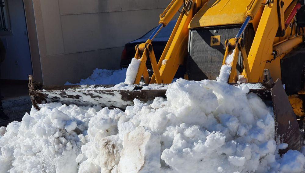 Empresarios, autónomos y agricultores han colaborado en la retirada de la copiosa nevada
