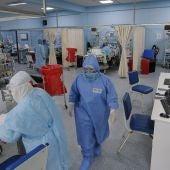 Imagen de sanitarios en un hospital de Perú