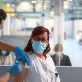 Una enfermera recibe la vacuna contra la COVID-19 en el Hospital Isabel Zendal