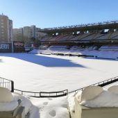 El césped del estadio de Vallecas, nevado.
