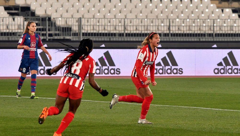 Las jugadoras del Atlético de Madrid Deyna Castellanos y Ludmila celebran un gol