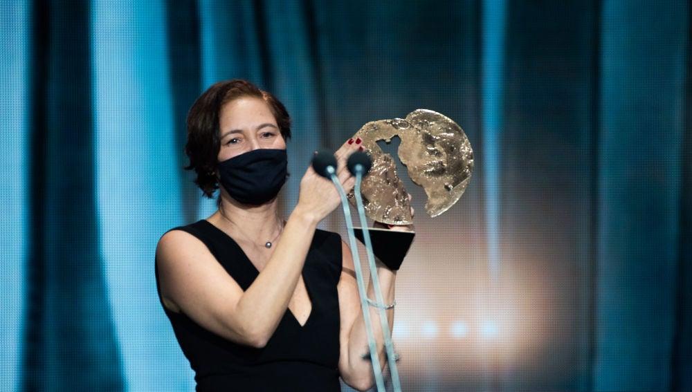 La productora de 'Las niñas', Valerie Delpierre, sostiene el Forqué a Mejor Largometraje de ficción 2021