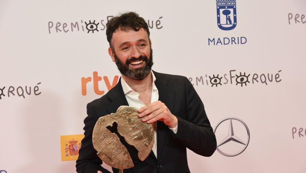 Rodrigo Sorogoyen, co-creador de 'Antidisturbios' junto a Isabel Peña, sostiene el Forqué 2021 a la Mejor Serie