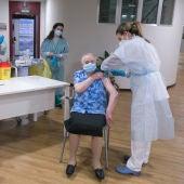 Pepita, la primera vacunada en Asturias, recibe la segunda dosis
