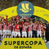 Los jugadores del Athletic celebran la victoria en la final de la Supercopa de España