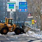 Una máquina quitanieves despeja una calle de Madrid.