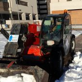 Trabajadores y voluntarios limpian los polígonos industriales