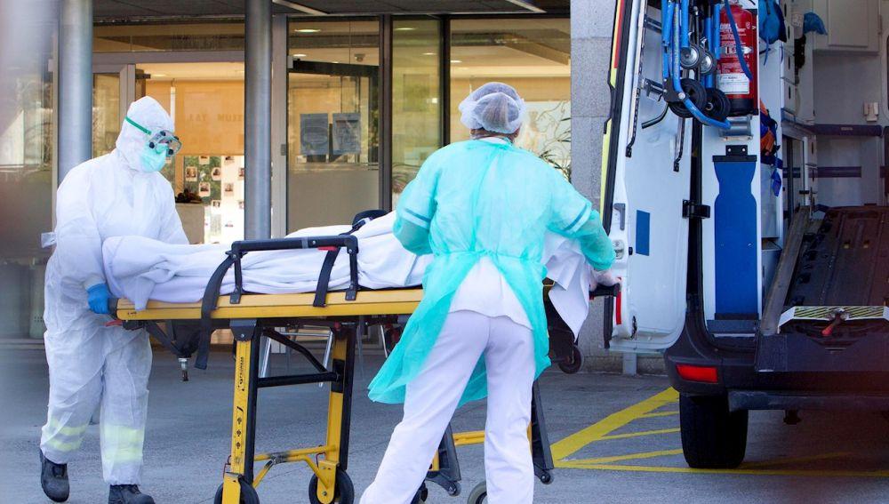 Un residente de la Residencia de la tercera edad de Domus VI en Vigo es trasladado al hospital.