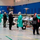 Varias personas se someten a una prueba de antígenos durante el cribado masivo para detectar casos covid en un polideportivo.