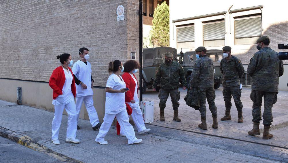 El personal sanitario del Hospital del Vinalopó de Elche, accediendo al Asilo ante la presencia de miembros del Ejército.