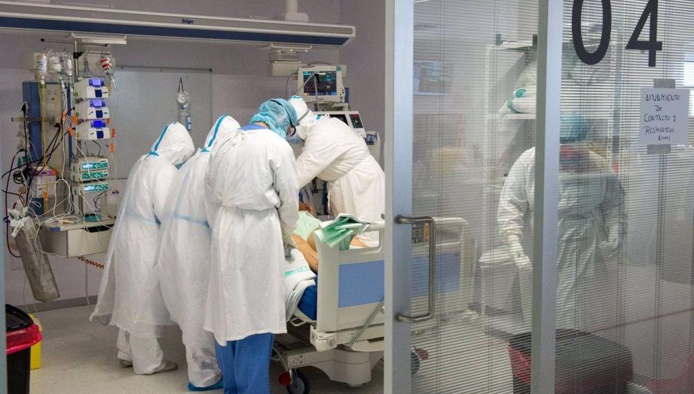 Sanitarios atienden a un paciente durante la pandemia.