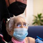 Lucía Navarro mientras recibe la segunda dosis de la vacuna Pfizer