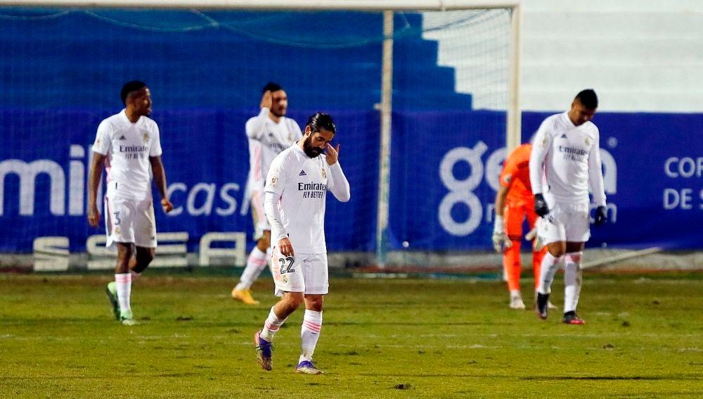 Los jugadores del Real Madrid se lamentan tras un gol del Alcoyano.