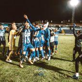 El futbolista ilicitano Primi Férriz celebra en El Collao la eliminación del Real Madrid con el Alcoyano.