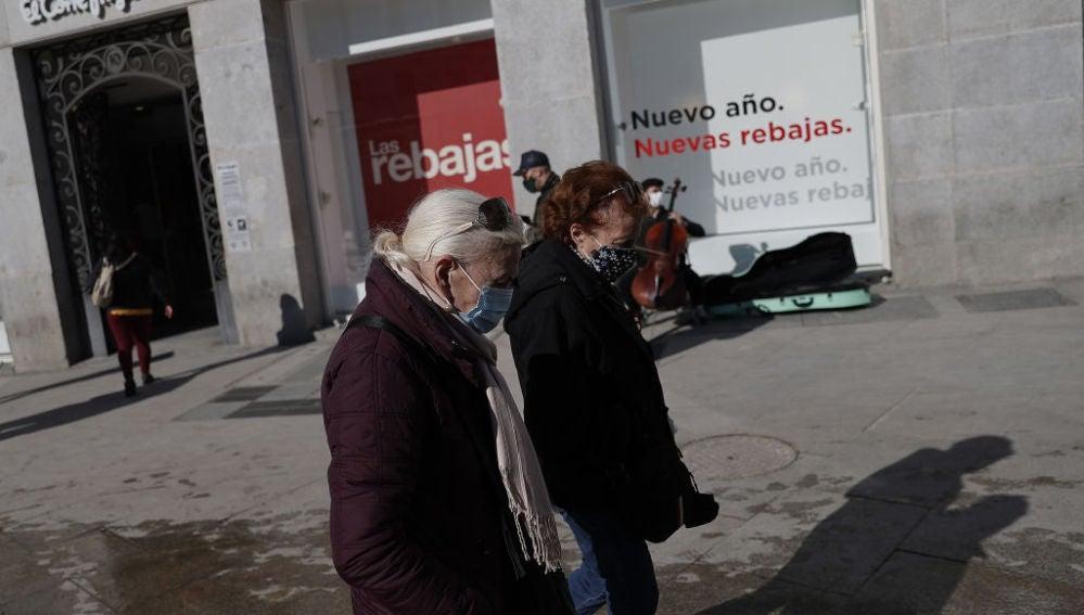 Dos mujeres pasean por la Puerta del Sol de Madrid