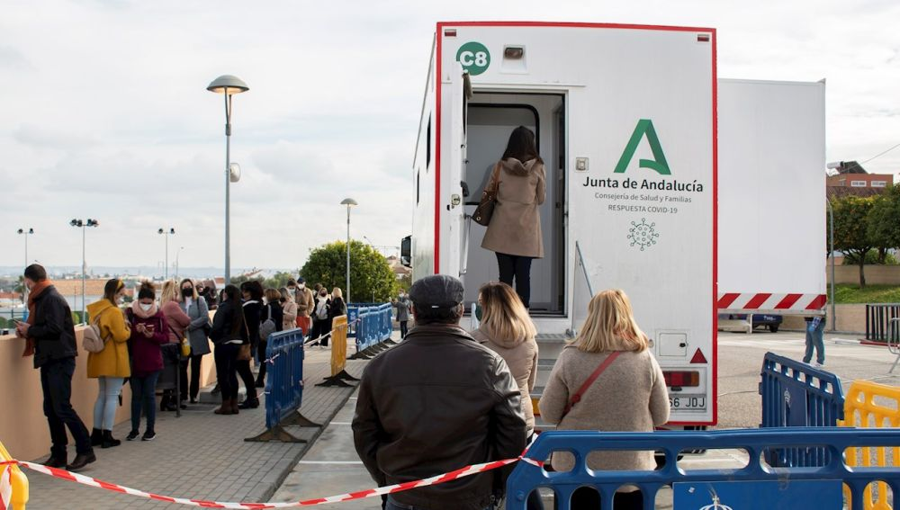 Ciudadanos de Andalucía esperan la cola para realizar un test anticovid