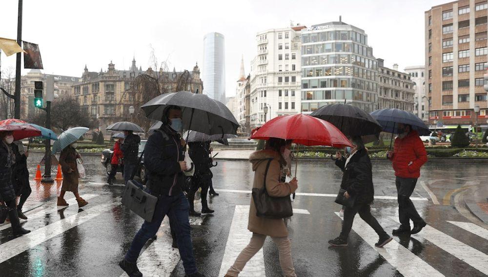 Un grupo de personas cruzan un paso de peatones en Bilbao