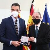 Javier Lambán le ha regalado a Pedro Sánchez una moneda conmemorativa de Goya