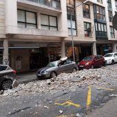 """El viento provocado por la borrasca """"Hortense"""" ha causado el derrumbre de parte de la fachada de un edificio de la calle Pere Dezcallar i Net de Palma"""