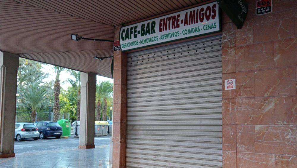 Bar cerrado en Elche en plena tercera ola de contagios de la covid-19.