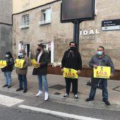 Hosteleros de Xinzo, protestando por las medidas