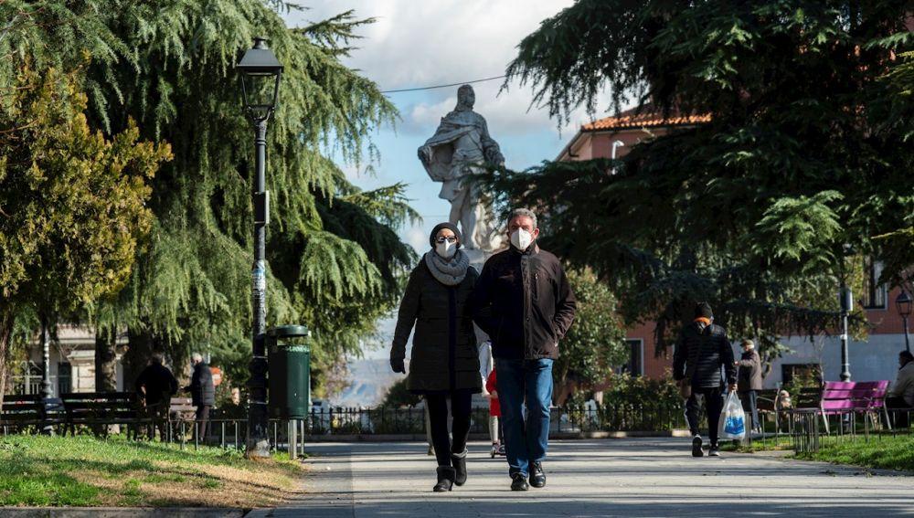 Varias personas pasean por San Fernando de Henares (Madrid)