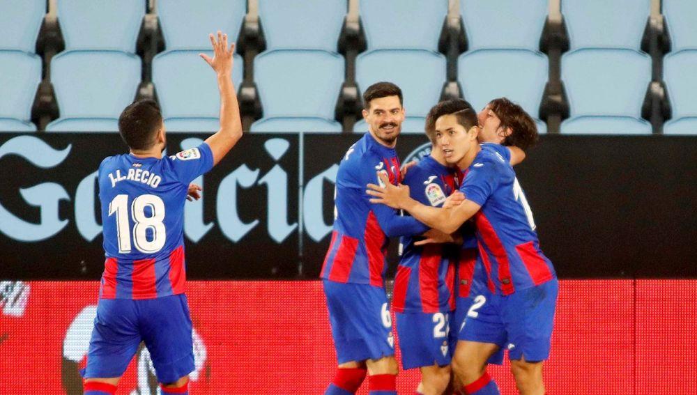Los jugadores del Eibar celebran el gol del equipo ante el Celta
