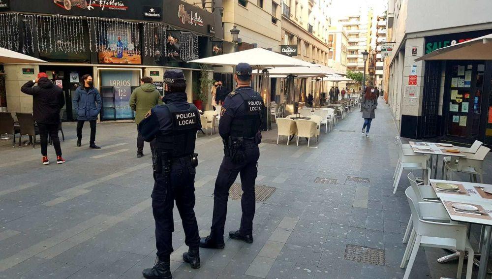 Una patrulla vigila el cumplimiento de las normas anti covid