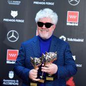 El director Pedro Almodóvar posa con sus premios en el photocall de la gala de los Premios Feroz 2020