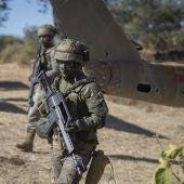 Militares españoles con el actual fusil de asalto del Ejército, el G36