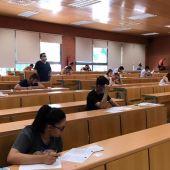 Alumnos haciendo un examen de la EvAU del año pasado