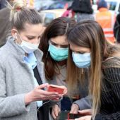 El pleno del Ayuntamiento de Badajoz aprueba impulsar una campaña de prevención de la Covid-19 entre los jóvenes.