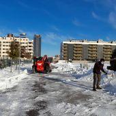 Voluntarios retiran nieve del temporal