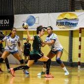Ana Martínez y Lysa Tchapchet, en el partido de la primera vuelta de la Liga Guerreras Iberdrola entre el Club Balonmano Elche y el Balonmano Salud Tenerife.