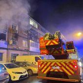 Intervención de los bomberos en un incendio en la calle Hernán Cortés