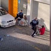 Dos policías locales golpean a una pareja que grababa una detención en Arrecife