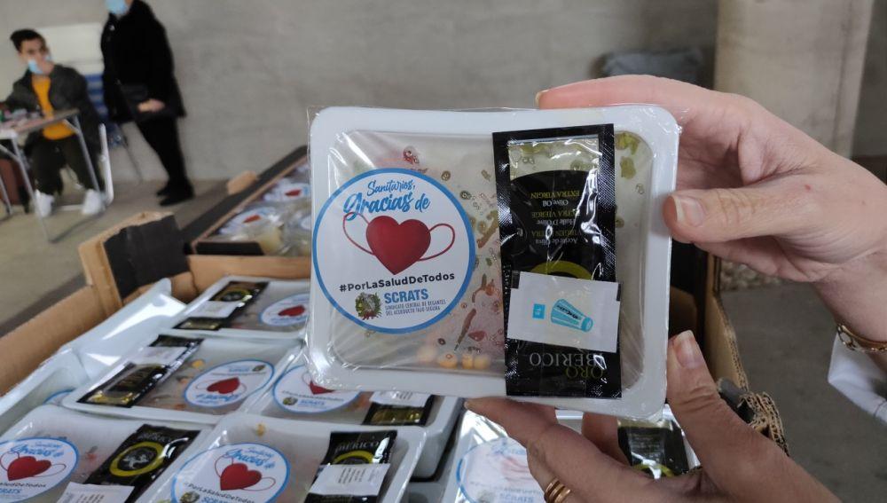Envase con ensalada entregado por los agricultores de Elche en el Hospital General.
