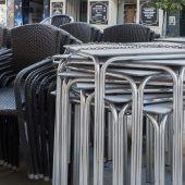 Sillas y mesas apiladas en la céntrica calle Carretería de Cuenca a la espera de poder abrir y montar la terraza