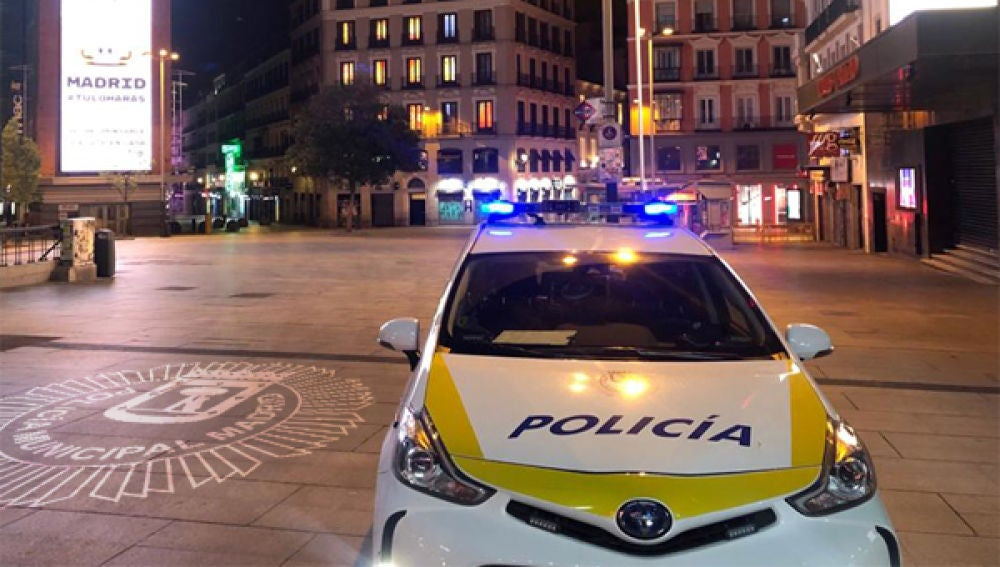 Una patrulla de la Policía Municipal en Callao (Madrid)