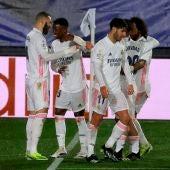 Los futbolistas del Madrid celebran un gol.