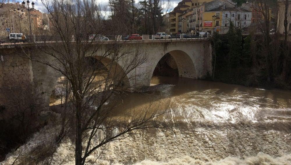 La fuerza del agua resuena junto al Puente de San Antón, este miércoles