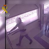 Los menores atracando un banco en Cosuenda