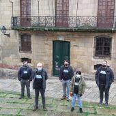 Activistas ante la Casa Cornide